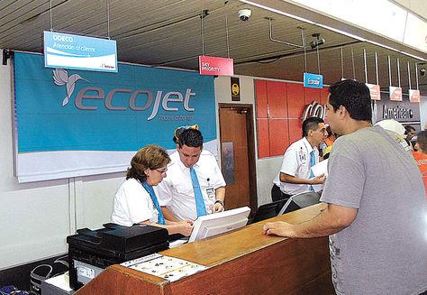Santa Cruz. Un pasajero valida su boleto de avión en Ecojet.