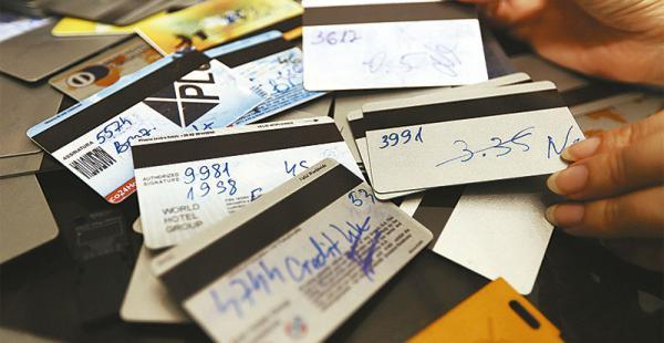 Estas son algunas tarjetas clonadas que mostró el Iitcup de la Policía. En ellas figuran los PIN robados