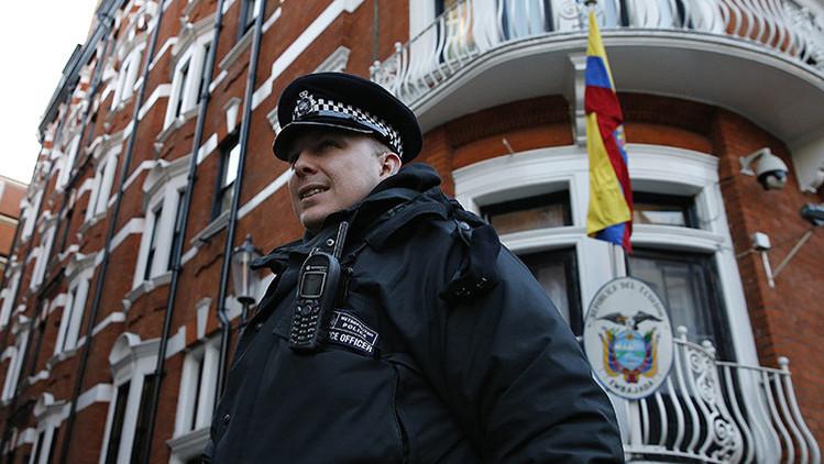 Un oficial de policía pasea junto a la embajada de Ecuador después de un cambio de turno en Londres