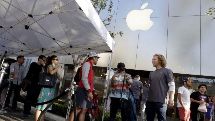 Varias personas esperan que salga a la venta el iPhone 6s y 6s Plus a las puertas de una tienda de Apple en Los Ángeles, California