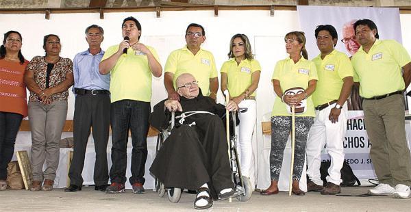 El alcalde Germaín Caballero junto con el padre Alfredo y representantes de la aldea de niños