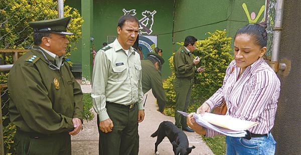 El comandante Guzmán, el jefe de la Felcc en Los Tusequis, Ángel Morales (cen), cerca de la abogada denunciante, Patricia Salazar