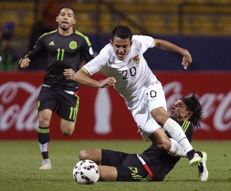 El centrocampista Jhasmani Campos (c) avanza con el balón ante el defensa mexicano Gerardo Flores (d) durante el partido México-Bolivia
