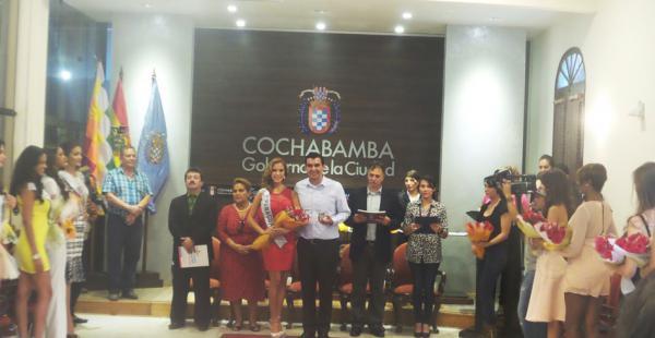 Candidatas a Reina Hispanoamericana reciben reconocimiento en Cochabamba