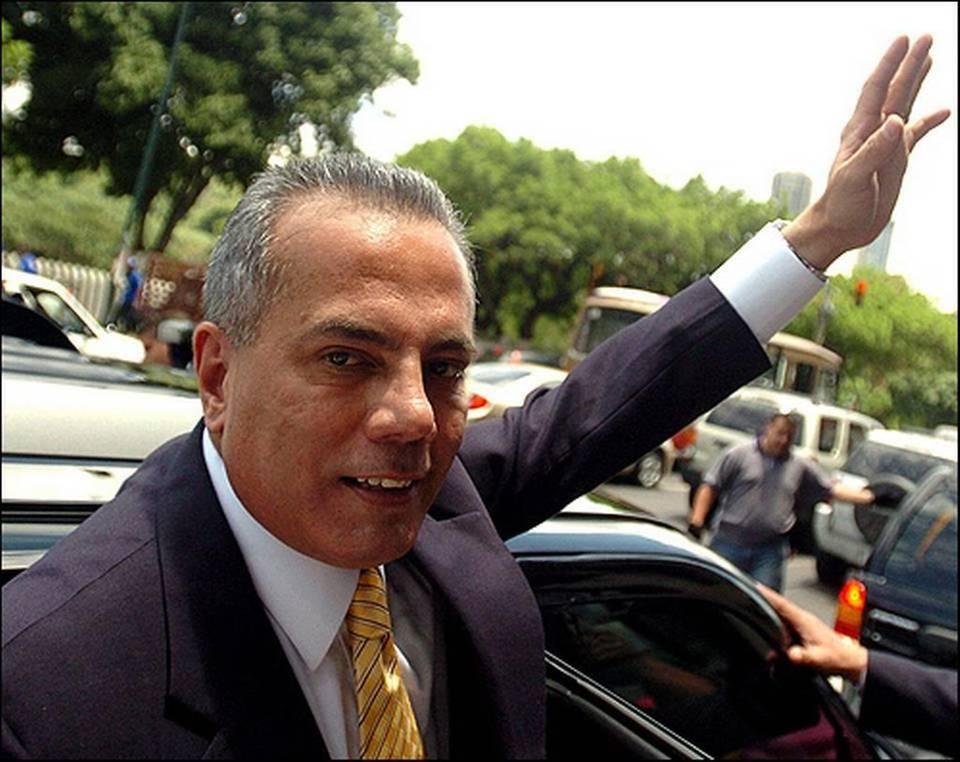 Fotografía de agosto del 2006 que muestra al alcalde opositor de Maracaibo, Manuel Rosales, quien ha pedido asilo político en Perú.