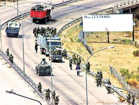 Autopista. El 14 de octubre de 2003, militares disparan contra movilizados, en resguardo de cisternas.