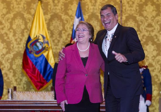 El presidente de Ecuador Rafael Correa junto a la mandataria chilena Michelle Bachelet, el pasado jueves en Quito. -   Efe Agencia