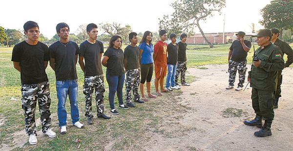 Los jóvenes reciben instrucción de la Policía. En el grupo hay mujeres y hombres