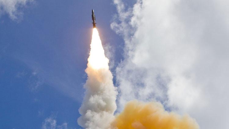Un misil interceptor SM-3 lanzado desde un buque de guerra de EE.UU.