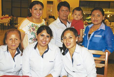 Parados: Claudia Cruz, José Luis Montaño con Fernandito Montaño, el más pequeño de la empresa y Mariela Cruz. Sentadas: Gladys Montaño, Rosa Querena y Emilene Aguado se divirtieron