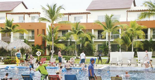 Diversión La guerra de  globos es una de las actividades que se promueven en piscinas