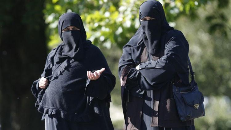 Dos musulmanas pasean por el Regent's Park en Londres