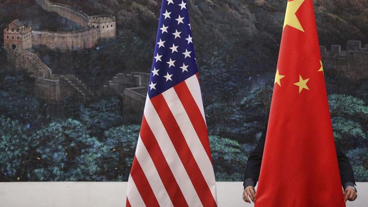 Colocan las banderas de EE.UU. y China en el Gran Salón del Pueblo de Pekín