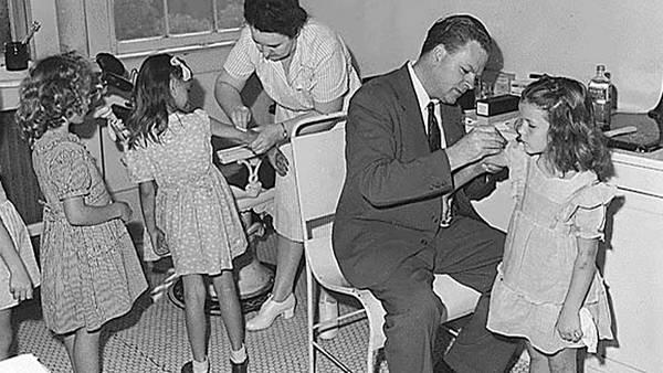 Vacunación contra la viruela en 1947 en la ciudad de Nueva York. (AP)