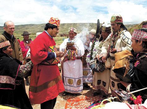 Indígena. Evo Morales, el 21 de enero de 2006, durante la ceremonia ancestral de imposición de su mandato.