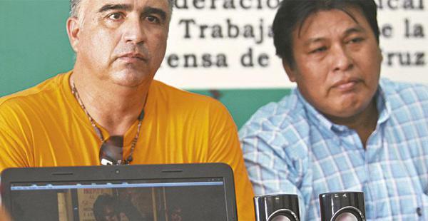Poiché (der.) junto al dirigente Ricardo Quezada, en el momento que hicieron públicos los audios