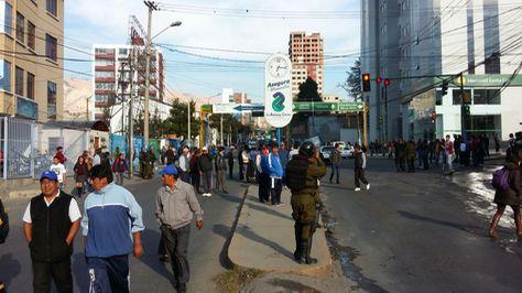 Bloqueo de los choferes en la calle 17 de Obrajes. Foto: Miguel Carrasco