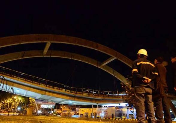 La plataforma de la avenida 6 de Agosto e Independencia afectada probablemente por el sobrepeso o desprendimiento de anclajes, anoche. - Daniel  James Los Tiempos