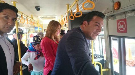 El alcalde Luis Revilla y su esposa se trasladaron de la zona Sur al centro en el bus Pumakatari. Foto: María Saucedo