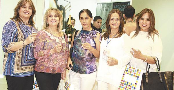 BRINDANDO POR EL ÉXITO DEL EVENTO. Fabiana Moscoso, María Cecilia Moscoso, Ana Ayala, Elizabeth Bowles y Silvia Antezana, antes de ocupar sus asientos correspondientes en el salón