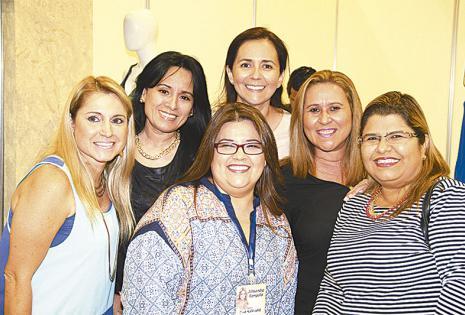 seguidoras de alessandra. Dica Rodríguez rodeada de sus amigas Roxana Aguilera, Fabiola Sirvas, Patricia Peña, Evelín Gutiérrez y Mariana Ballivián, que llegaron puntuales al conversatorio