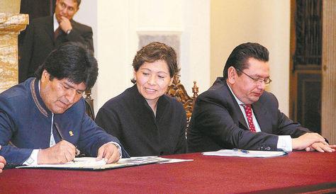 normativa. El presidente Evo Morales aprueba la Ley de Promoción de Inversiones, el 4 de abril de 2014. Foto: Afka-archivo