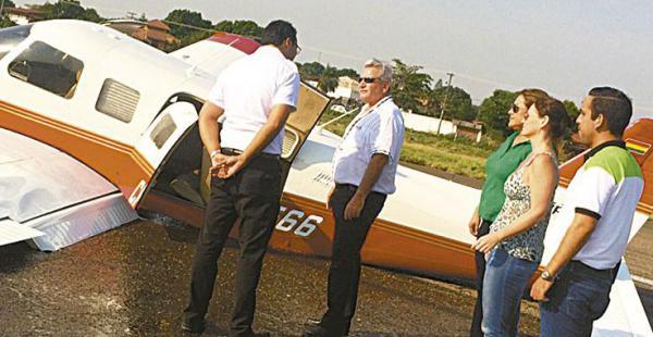Las autoridades departamentales luego del aterrizaje forzoso
