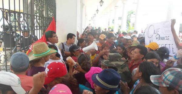 A las 10:20 los comerciantes denominados 'mañaneros' llegaron a la plaza 24 de Septiembre para luego dirigirse al edificio del Concejo Municipal