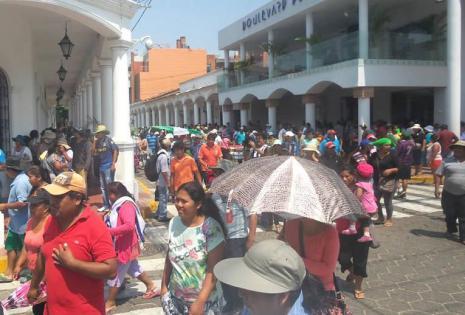 Los 'mañaneros' marcharon desde el tercer anillo de la avenida Santos Dumont hasta el Concejo Municipal de Santa Cruz para protestar por la detención de su dirigente René Troncoso