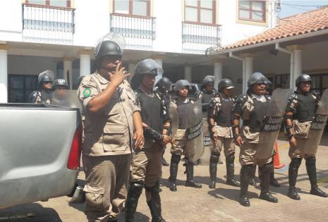 Solo 14 gendarmes custodian el edificio del Concejo Municipal hasta donde han llegado los 'mañaneros' a protestar