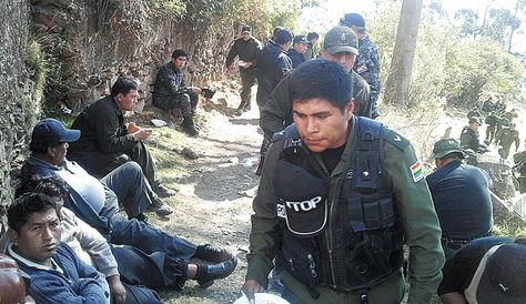 Control. Policías arribaron el 15 de agosto de 2014 a la comunidad Ananea, en el norte de La Paz, para poner fin a un conflicto por una mina.