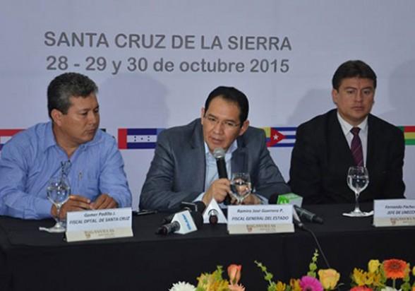 El fiscal general, Ramiro Guerrero (centro), anuncia la reunión, ayer Santa Cruz. | Rene Roman -     Los Tiempos