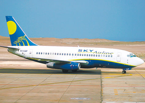 Avión. Un Boeing 737 de la compañía chilena antes de despegar.