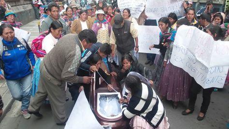 Familiares de uno de los muertos en la mina Cruz del Sur protestan con el cuerpo de la víctima en puertas de la Fiscalía.