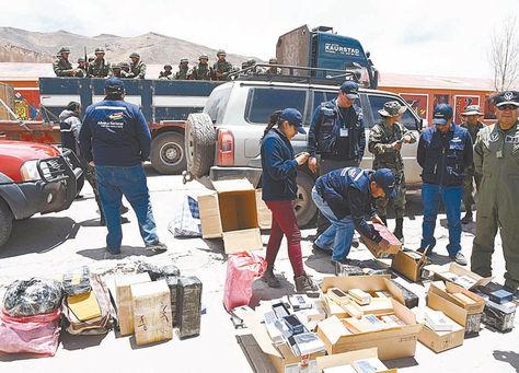 Muestra. La Aduana presentó la mercancía confiscada en Oruro.