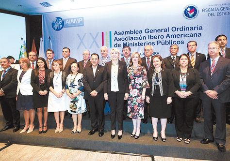 Autoridades. Fiscales y delegados de ministerios públicos de países iberoamericanos en la foto oficial de su 23 asamblea en Santa Cruz.