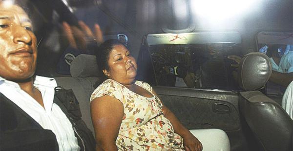 La enfermera Lady Laura Veizaga pasó toda la jornada arrestada en Los Lotes. Aquí, yéndose a su domicilio