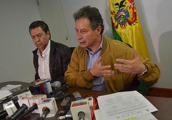 El ministro de Minería, César Navarro (der.), anuncia la decisión de invitar a la empresa china Sinosteel para adjudicarse el proyecto siderúrgico de El Mutún, ayer. - Apg Agencia