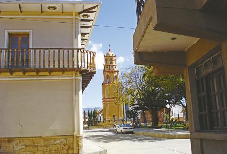 Postales  multicolores  La catedral San Pedro Virgen de la Candelaria y los Ch´ampas (nación indigena originaria) son imágenes  ineludibles