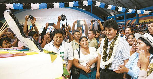 Evo Morales recibió una torta de coca de sus seguidores en Chapare
