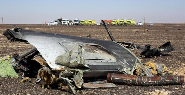 Los restos de un avión ruso se ven en el lugar del accidente mientras los equipos de rescate esperan en el área de al-Hasanah en la ciudad de El Arish, en el norte de Egipto