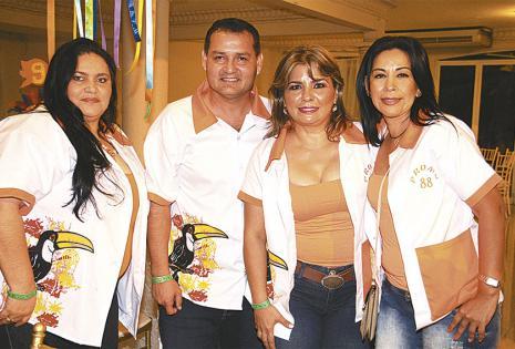 Sandra Justiniano, Marco Algarañaz, Maritza Flores y Viviana Ponce disfrutan de los juntes de promo, es una ocasión para ponerse al día y recordar días buenos