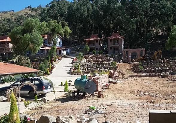 Las instalaciones del hotel que se construye por encima del límite urbanizable del Tunari. - Walter  Unzueta Los Tiempos
