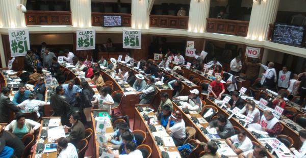 Legisladores del oficialismo y la oposición aprovechan el tratamiento de la norma para hacer campaña por el Sí y el No.
