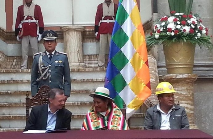 El presidente en ejercicio José Alberto Gonzales promulgó la Ley Referéndum. Foto: Gentileza