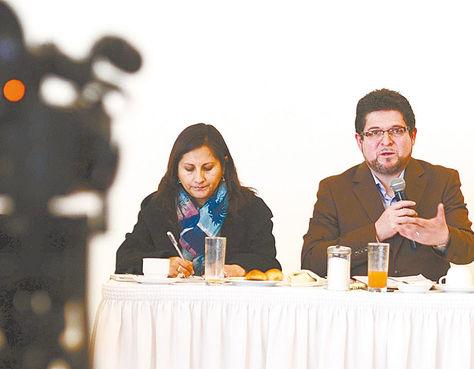Evento. El vocal Exeni en una charla para hablar sobre la propaganda en el referéndum autonómico.