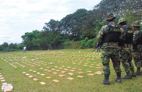 Operativo. La marihuana confiscada en Yacuiba fue depositada en una cancha para presentarla.