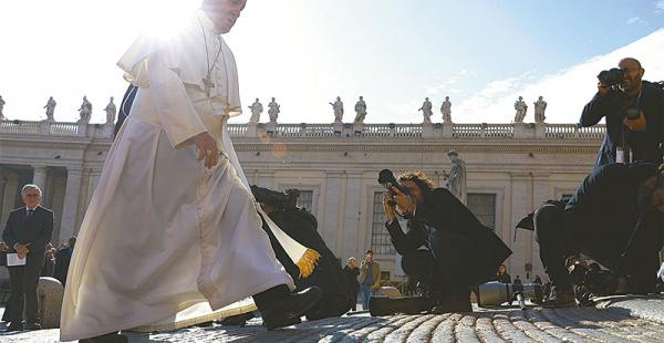 en medio del vatileaks se filtran más documentos en el vaticano Francisco camina sobre una de las emplanadas de la plaza de San Pedro.  La prensa italiana desnudó las pugnas de poder en el Vaticano