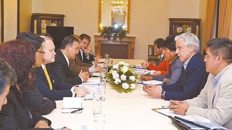 Palacio. Directiva de la CEPB se reúne por primera vez con Morales para tratar el tema del doble aguinaldo.