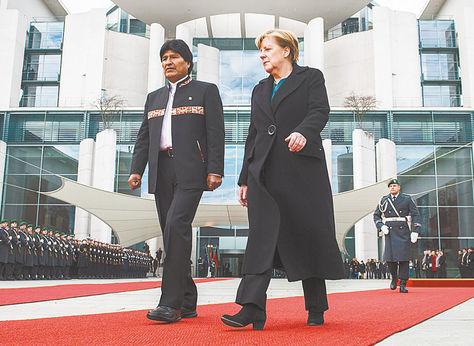 Visita. Merkel recibe a Morales y le rinde honores militares en predios de la Cancillería de ese país.
